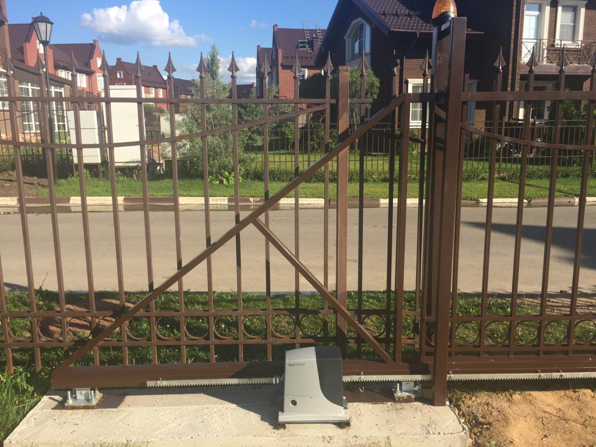 Откатные ворота в поселке Бристоль